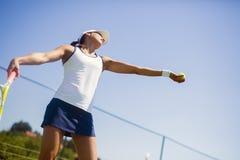 Porción femenina hermosa del jugador de tenis Fotografía de archivo