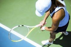 Porción femenina hermosa del jugador de tenis Foto de archivo