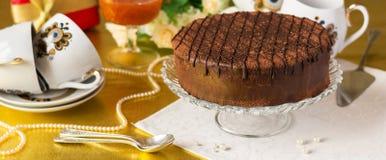 Porción festiva de la tabla de té, torta de chocolate en florero en servilleta imagen de archivo libre de regalías