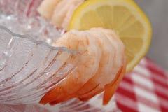 Porción hervida del camarón y del limón Imagenes de archivo
