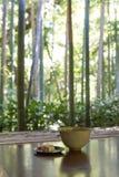 Porción japonesa tradicional de la ceremonia de té con paisaje Foto de archivo libre de regalías