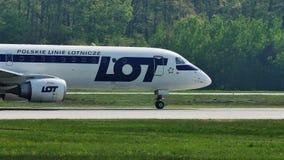 PORCIÓN, líneas aéreas polacas que llevan en taxi en el aeropuerto de Francfort, FRA almacen de metraje de vídeo