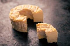 Porci cięcie od całego camembert sera z pomarańczowym kolorem Obrazy Stock