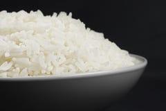 Porción de arroz en un tazón de fuente blanco Imágenes de archivo libres de regalías