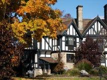 Porción de casa de campo de Tudor=style Imagen de archivo libre de regalías