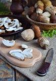 Porcini Cogumelo branco desbastado na placa de corte de madeira Cogumelos selvagens comestíveis Preparação de alimento Cópia s da Imagem de Stock Royalty Free