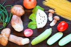 Porcini, spaghetti, pijlen van knoflook, tomaten, peterselie, sla Royalty-vrije Stock Foto's