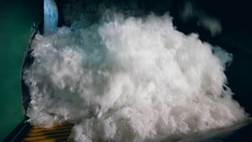 Porciones de balanceo de la fibra sintética en una línea en una planta metrajes