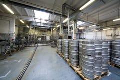 Porciones de barriletes y de tubos en la tienda de la cervecería Ochakovo Imagen de archivo