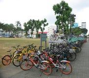Porciones de bicis parqueadas en la estación de metro Ruedas montadas en soportes del piso Una mezcla de bicis del camino que esp imágenes de archivo libres de regalías