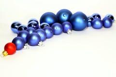 Porciones de bolas azules de la Navidad en el fondo blanco foto de archivo libre de regalías