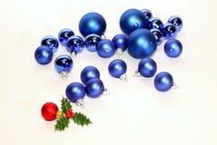 Porciones de bolas azules de la Navidad en el fondo blanco fotografía de archivo