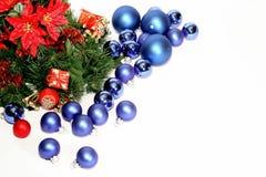 Porciones de bolas azules de la Navidad en el fondo blanco foto de archivo