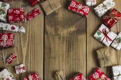 Porciones de cajas de regalo en el fondo de madera Presentes en arte y cuesta Fotografía de archivo