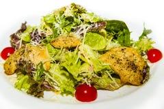 Porciones de carne-cerdo asado a la parrilla en queso, verduras y verdes Fotos de archivo