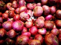 Porciones de cebollas rojas fotografía de archivo libre de regalías