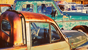 Porciones de coches viejos en depósito de chatarra Fotos de archivo