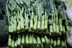 Porciones de col rizada verde, mercado de las verduras frescas fotos de archivo libres de regalías
