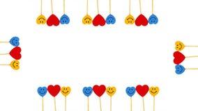 Porciones de corazones entre dos caras de la sonrisa en el fondo blanco Foto de archivo
