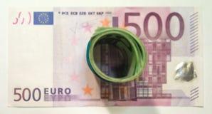 Porciones de cuentas euro en el fondo blanco imagenes de archivo