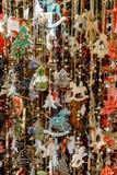 Porciones de decoraciones de la Navidad que cuelgan en el mercado en Viena, A Imágenes de archivo libres de regalías