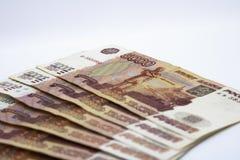 Porciones de dinero ruso los billetes de banco vienen en denominaciones de cinco miles primer de los billetes de banco imágenes de archivo libres de regalías