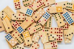 Porciones de dominós de madera en el fondo blanco con el foco selectivo Fotos de archivo