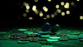 Porciones de fichas de póker que caen en la tabla en el lento-MES, ganador afortunado del casino en el casino Cierre para arriba  almacen de metraje de vídeo