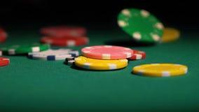 Porciones de fichas de póker que caen en la tabla en el lento-MES, ganador afortunado del casino en el casino almacen de metraje de vídeo