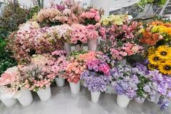 Porciones de flores en floristería Imagen de archivo libre de regalías