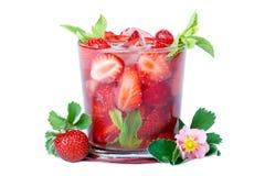 Porciones de fresas en dos bol de vidrio sobre blanco Fotos de archivo