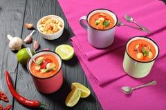 Porciones de gazpacho del tomate en tazas Foto de archivo