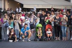 Porciones de gente de los turistas alineada Foto de archivo