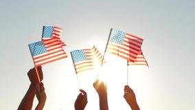 Porciones de gente que agita banderas americanas metrajes
