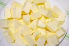 Porciones de la mantequilla, corte en pedazos foto de archivo