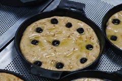 Porciones de la pasta de pan de Focaccia en una placa de la hornada del metal foto de archivo libre de regalías