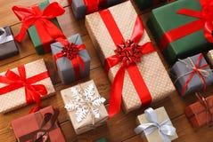 Porciones de las cajas de regalo en la madera, regalos de Navidad en papel Fotografía de archivo