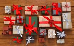 Porciones de las cajas de regalo en la madera, regalos de Navidad en papel Imágenes de archivo libres de regalías