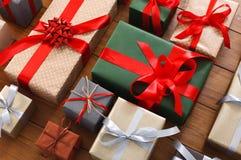 Porciones de las cajas de regalo en la madera, regalos de Navidad en papel Foto de archivo libre de regalías