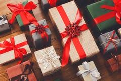 Porciones de las cajas de regalo en la madera, regalos de Navidad en papel Fotos de archivo