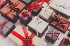 Porciones de las cajas de regalo en la madera, regalos de Navidad en papel Fotografía de archivo libre de regalías