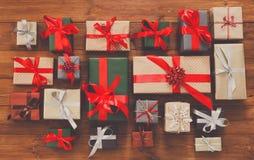 Porciones de las cajas de regalo en la madera, regalos de Navidad en papel Imagen de archivo