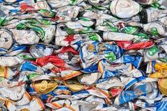 Porciones de latas de cerveza comprimidas Fotos de archivo libres de regalías