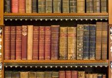 Porciones de libros viejos en una biblioteca Fotos de archivo libres de regalías