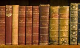 Porciones de libros viejos en una biblioteca imagen de archivo libre de regalías