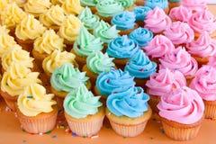 Porciones de magdalenas del arco iris Imágenes de archivo libres de regalías