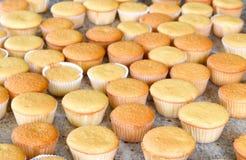 Porciones de magdalenas listas para adornar Foto de archivo