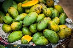 Porciones de mangos frescos Fruta fresca mangos crecientes Frutas ex?ticas de Sri Lanka Fruta verde del mango imagenes de archivo