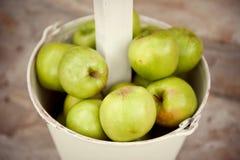 Porciones de manzanas verdes en el cubo Fotos de archivo