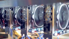 Porciones de mineros del bitcoin puestos en shelfs Cryptocurrency de la explotación minera Concepto de Bitcoin metrajes